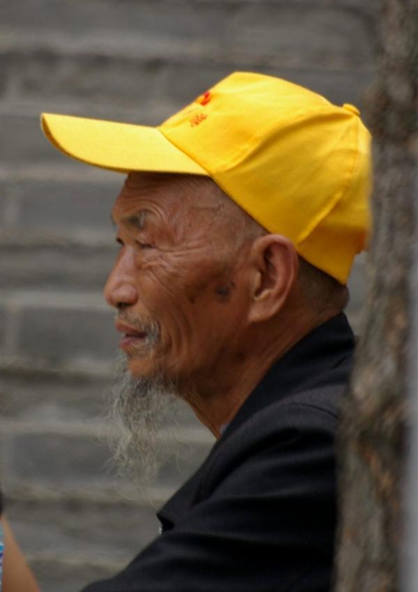L'homme à la casquette jaune
