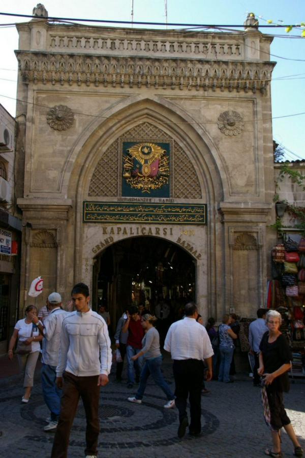 Une des entrées du Grand Bazar