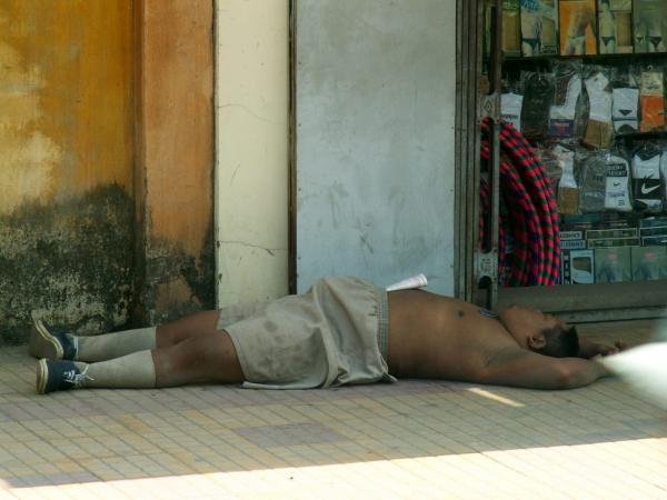 Sieste sur le trottoir