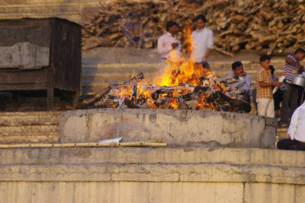 Crémation sur les rives du Gange