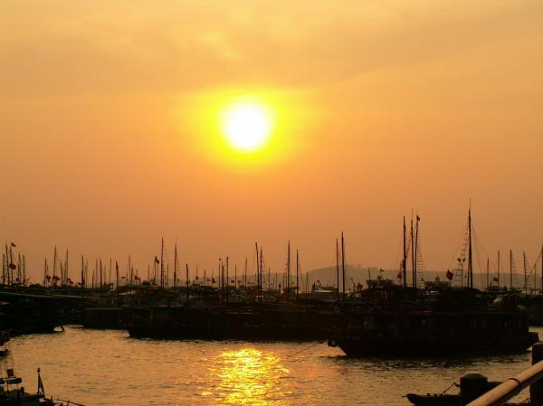 Coucher de soleil sur la baie d'Along