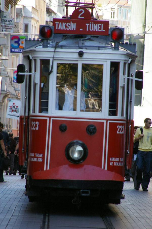 Tramway dans l'ancienne grand'rue de Péra